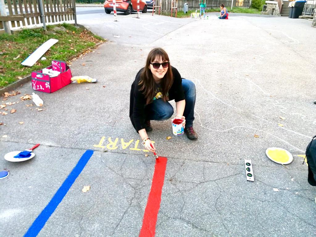 Katrin Fahnert arbeitet am Bewegungsparcours.